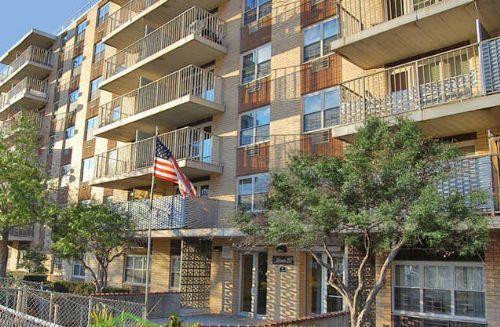 Hempstead Plaza. Hempstead Plaza apartments in Hempstead  New York